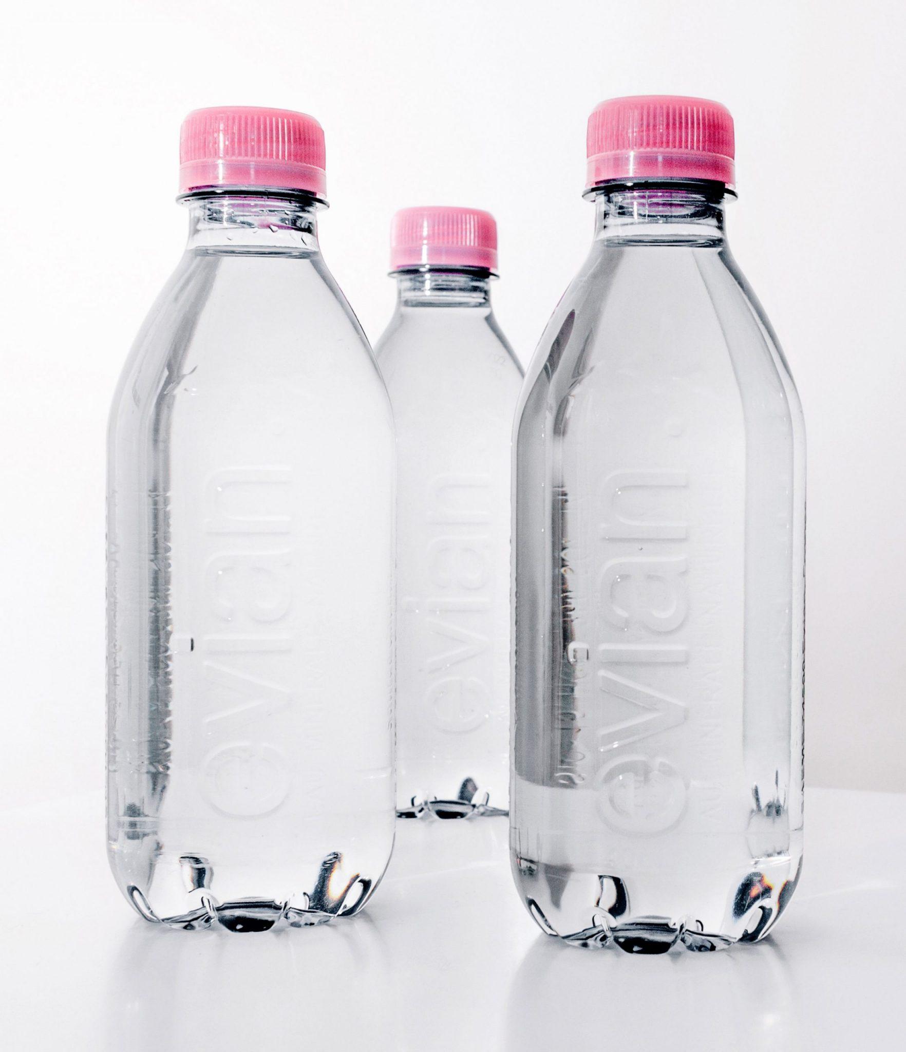 Garrafa sem rótulo produzida com PET reciclado